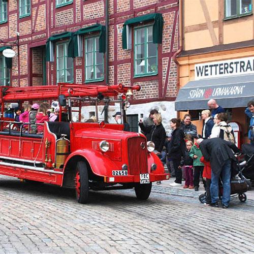 Wallander-Touren mit Vetran-Fahrzeugen der Feuerwehr. Foto: Visit Ystad Österlen.