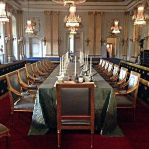 Tradition: Die Sitze der Akademiemitglieder sind numeriert von 1 bis 18. Einige der Plätze bleiben derzeit leer.