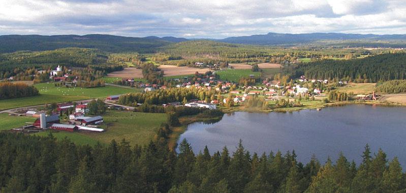 Charakteristisch für Hälsingland: Der Blick über Rengsjö zeigt Wald und Wasser, Felder und Wiesen, Hügel und Berge. Foto: Nostalgi/ commons.wikimedia.org