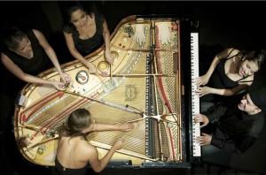 Fünf Musiker, zehn Hände, ein Flügel. Foto: Smålands kulturfestival.