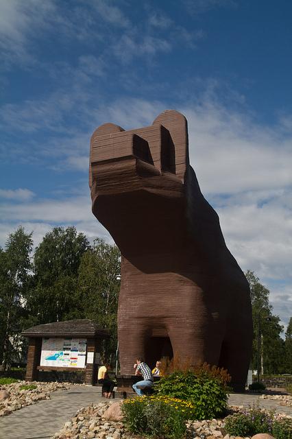 In Sveg begrüßt der wohl größte Holzbär der Welt die Gäste. Foto: Andreas Ivarsson/ flickr.com (CC BY 2.0)