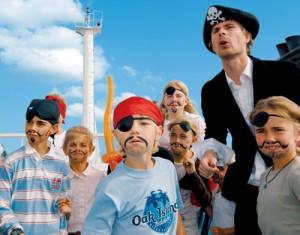 Mit Bärten und Augenklappe stechen die Piraten in See. Foto: TT-Line.