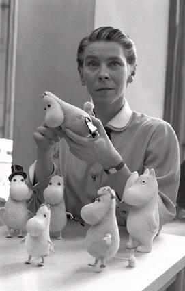 Tove Jansson, 1956, mit ihren Mumin-Trollen. Foto: Reino Loppinen - Gemeinfrei, https://commons.wikimedia.org