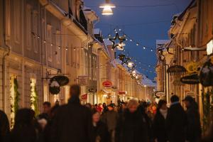 Julmarknad in Eksjö: Ein stimmungsvoller Weihnachtsmarkt in der historischen Altstadt von Eksjö. Foto: Kosta Boda