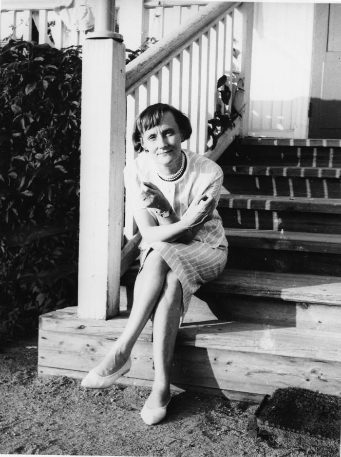 Astrid Lindgren auf der Treppe ihres Elternhauses in Vimmerby.