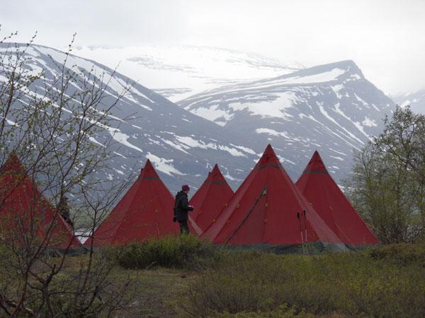 Rote Zelte ragen vor dem Kebnekaise auf.