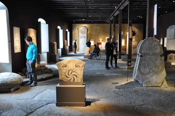 In der historischen Ausstellung faszinieren Bildsteine und Silberschätze die Besucher. Fotos: Gotlands Museum.