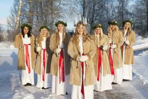 Die offizielle Lucia von Schweden mit ihren Begleiterinnen am Luciafest