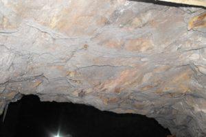 Verschiedene Mineralien in der Decke des Stollens