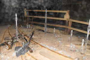 Eiszapfen wachsen aus dem Boden