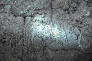 Eiskristalle an der Decke des Stollens