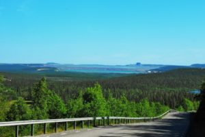 Im Hintergrund die Aitik-Mine. Das Foto wurde vom Dundret-Skigebiet bei Gällivare aufgenommen. Blauer Punkt auf der Karte