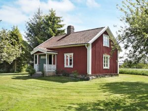 Ferienhaus mit rotem Dach in Schweden mit Kamin am See