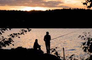 Angler im Sonnenuntergang in Schweden am See
