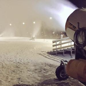 Für einen schneesicheren Austragungsort laufen die Schneekanonen in Ulricehamn bereits seit Wochen. Foto: www.worldcupulricehamn.com