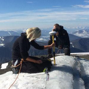 Ninis Rosqvist misst die Südspitze von Kebnekaises (Foto: Carl Lundberg).