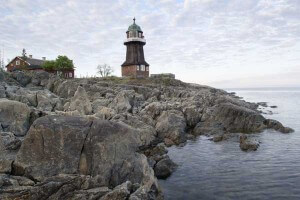 Leuchtturm in Schweden auf felsiger Formation