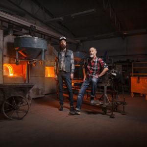 "Ludvig Löfgren (li.) und Mats Jonasson sind die ""Glas-Magier"" von Målerås. Foto: Målerås Glasmanufaktur   © Målerås"
