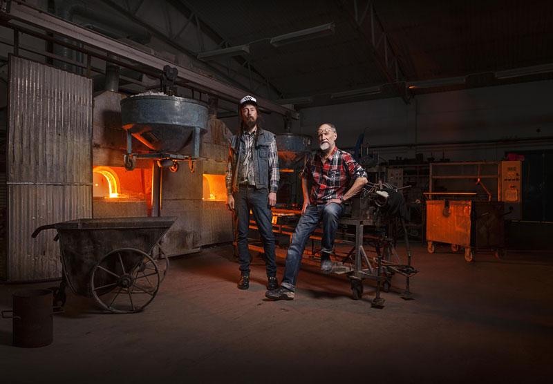 """Ludvig Löfgren (li.) und Mats Jonasson sind die """"Glas-Magier"""" von Målerås. Foto: Målerås Glasmanufaktur ©"""