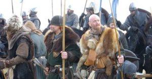 Menschen auf einem Mittelalterfest in Schweden