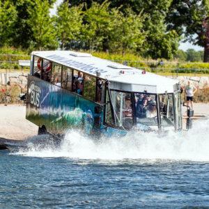 Ab ins Wasser: Wie ein Schiff von der Reede gleitet der Bus ins feuchte Element. Foto: Oceanbus.