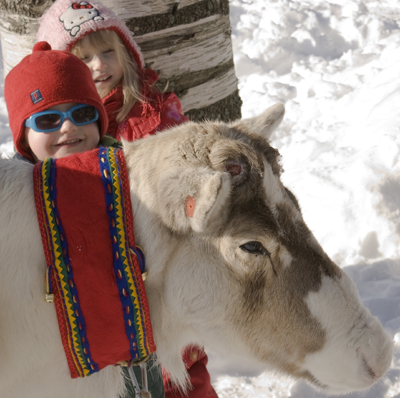 Bei der Sami-Woche kommen sich auch Mensch und Tier näher. Foto: Anders Björkman, Västerbotten Museum.