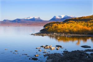 Landschaft in Schweden mit See und Bergen