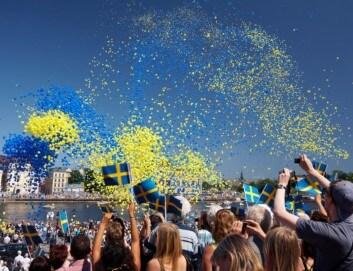 Schweden feiern den Nationaltag, wehende Flaggen und strahlende Menschen