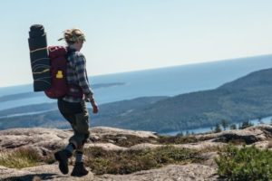 Wanderer, unterwegs mit Rucksack, in Schweden