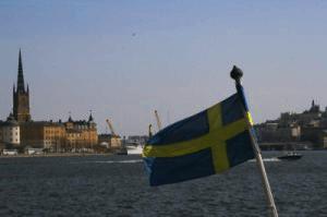 Schwedenflagge Nahaufnahme in Schweden vor Stockholm auf dem Fluss