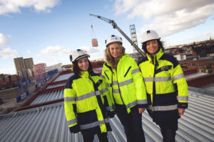 Drei Frauen auf einer Baustelle. Auch sie müssen Steuern zahlen.