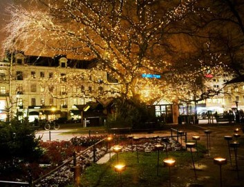 Bunt leuchtende Stadt in Schweden, und geschmückte Gebäude