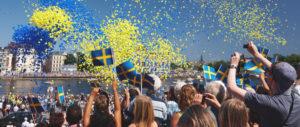 Am nationaldagen wird in Schweden die blau-gelbe Flagge gehisst.