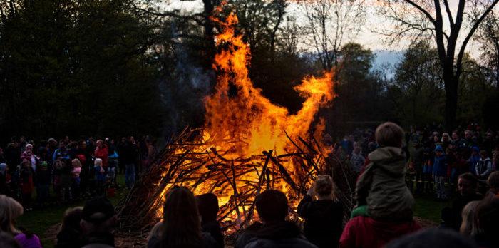 In der Walpurgisnacht versammeln sich die Schweden am Lagerfeuer.