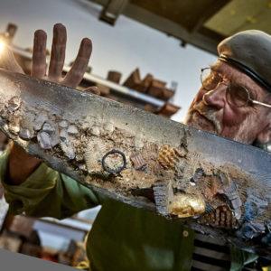 """Der Künstler Bertil Vallien mit einem seiner """"Glas-Boote"""". Foto: © Kosta Boda."""