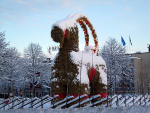 Der Julbock in Gävle 2009. Foto: Tony Nordin, wikimedia.commons, CC BY-SA 3.0