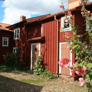 In der Holzstadt ist unter anderem das klassische Schwedenrot zu sehen. Foto: Visit Småland.