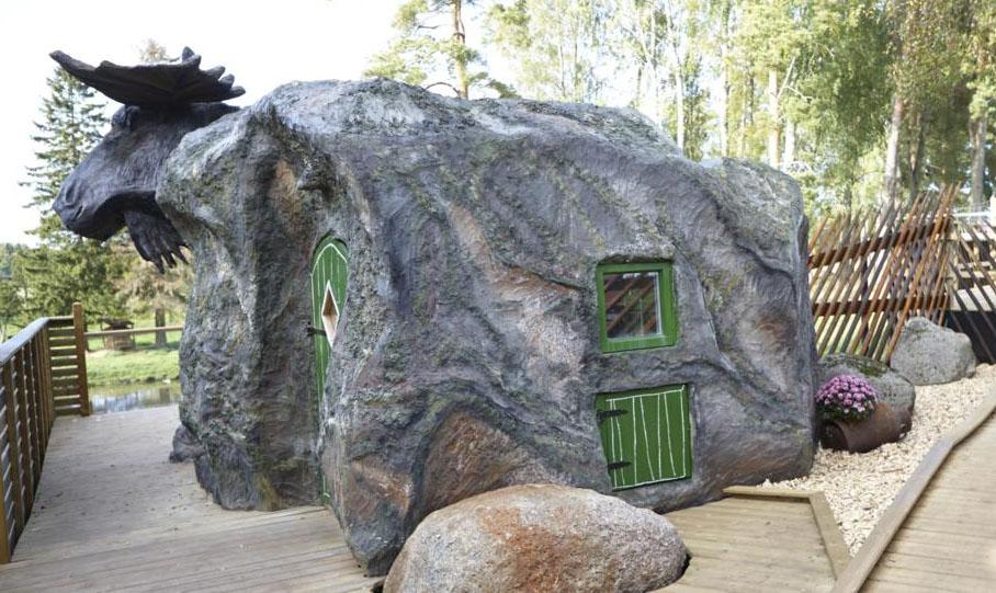 Modelliert wie große Findlinge, mit Elch-Skulptur. Fotos: Wrågården