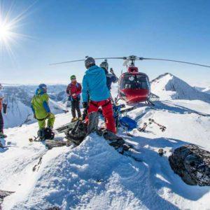 Beim Heli-Ski wird man direkt auf einsamen Gipfeln abgesetzt. Ein Guide weist den Weg ins Tal. Foto: Arctic Guides.