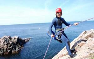 """Mutige können hier wortwörtlich """"über die Klippe"""" springen. Oder klettern! Foto: Kullabergsguiderna AB"""