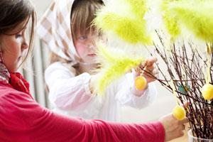 Kleine Osterhexen schmücken Zweige. Foto: Foto: Lena Granefelt/ imagebank.sweden.se