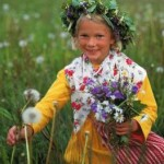 Ein Mädchen an Mittsommer mit Blumenkranz im Haar.