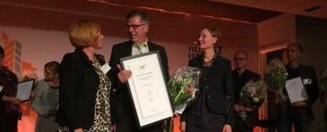 Kjell Åke Hansson, Geschäftsführer von Astrid Lindgrens Näs, nimmt die begehrte Auszeichnung entgegen. Foto: Astrid Lindgrens Näs.
