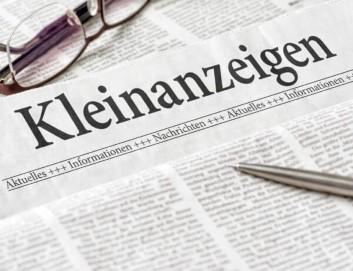Eine Zeitung mit der Überschrift Kleinanzeigen - Schwedenstube, daneben Brille und Kugelschreiber