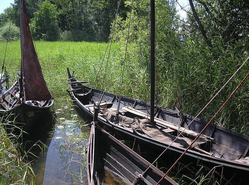 Birka: Rekonstruierte Wikingerboote. Foto: Holger.Ellgard /commons.wikimedia.org/ (CC BY-SA 3.0)