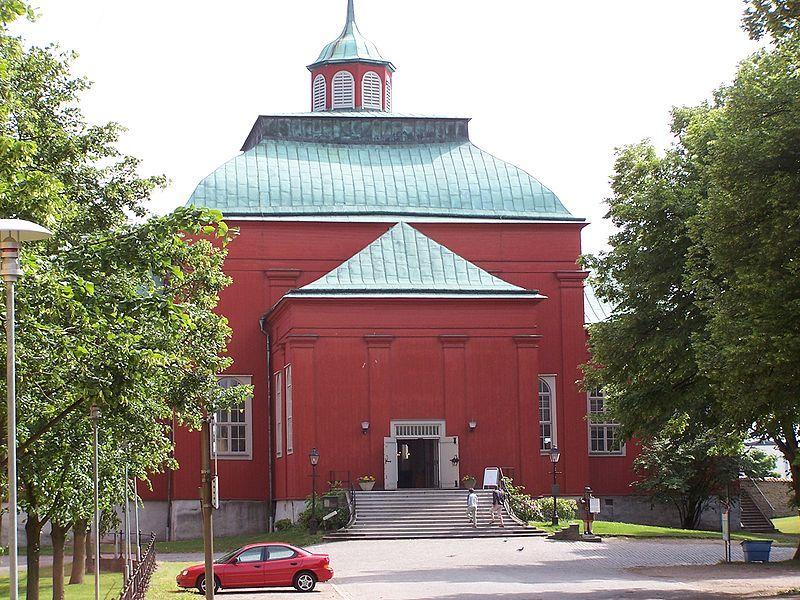 Weltkulturerbe: Die Admiralitätskirche in Karlskrona, rechts vorm Eingang steht Gubben Rosenbom. Foto: Henrik Sendelbach /commons.wikimedia.org/ (CC BY-SA 3.0)