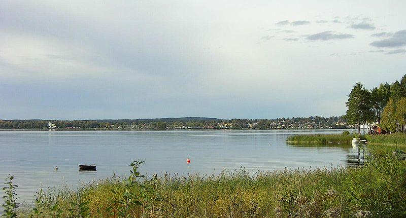 Ein Teil des Glafsfjorden: Blick über die Kyrkviken auf Arvika. Foto: Musicus /commons.wikimedia.org/ (CC BY-SA 3.0)