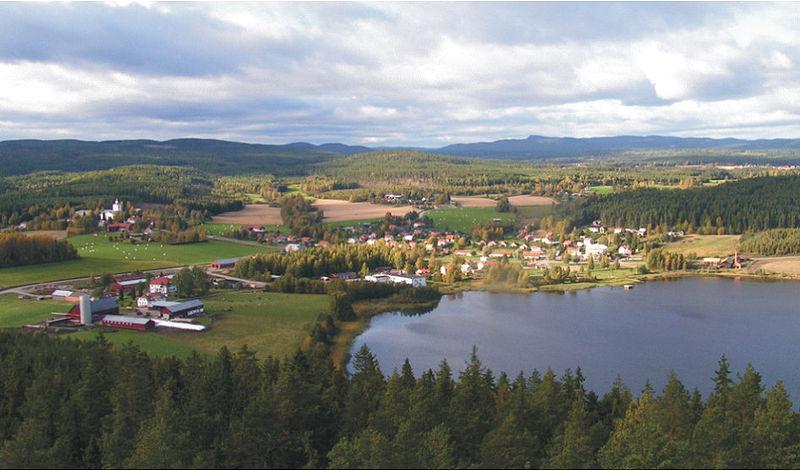 Charakteristisch für Hälsingland: Der Blick über Rengsjö zeigt Wald und Wasser, Felder und Wiesen, Hügel und Berge. Foto: Nostalgi /commons.wikimedia.org/