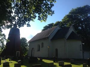 Die Kirche von Hjärtlanda mit freistehendem Kirchturm