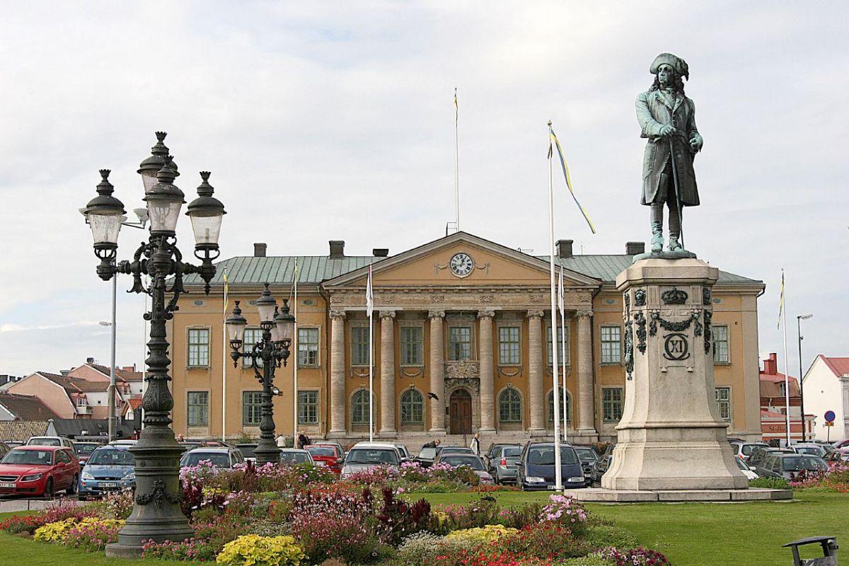 Lässt den Blick schweifen: Statue Karls XI. auf dem Stortorget, im Hintergrund das Rathaus von Karlskrona. Foto: Giåm (Guillaume Baviere) /flickr.com (CC BY 2.0)